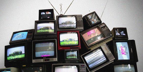 Installation mit alten Röhren-Fernseher für VOLVO an den Messen KUNST12 und AUTO12.