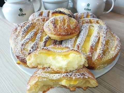 فطائر حلوة رائعة ورطبة مثل القطن محشية بكريمة الكاسترد أي كريم باتسيير لشرب الشاي أو لفطور الصباح Youtu Middle Eastern Desserts Dessert Recipes Cake Desserts