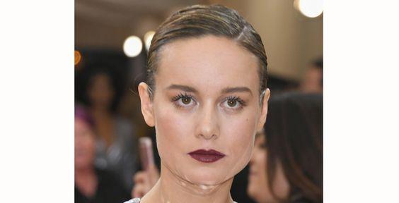 Brie Larson, que levou o Oscar de melhor atriz neste ano, também deu destaque para os lábios. Os cantos internos dos olhos foram iluminados e ela usou bastante máscara para cílios: