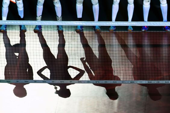 Jugadoras holandesas esperan el inicio del partido de voleibol contra Corea del Sur.