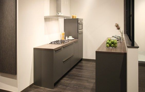Moderne keuken in rechte opstelling in een basalt kleur perfect voor kleine keukens moderne - Keuken uitgerust voor klein gebied ...