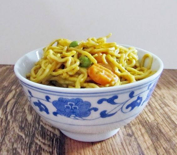 Asia-Nudeln mit Gemüse in Kokos-Sate-Soße