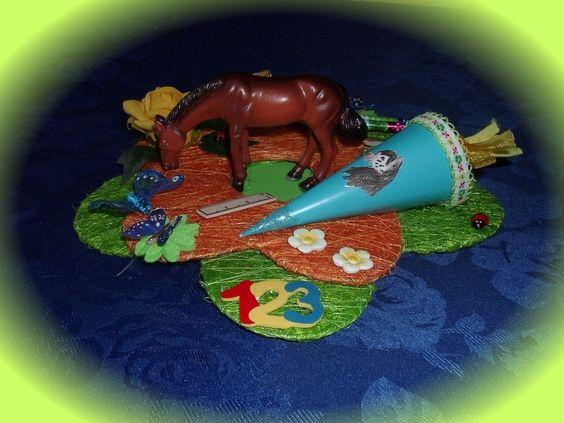 Wunderschöne Tischdekoration für Ihr Kind zum Schulanfang.  Eine Sisalblüte in grün, darüber eine kleinere Sisalblüte in orange, in der Mitte steht ei