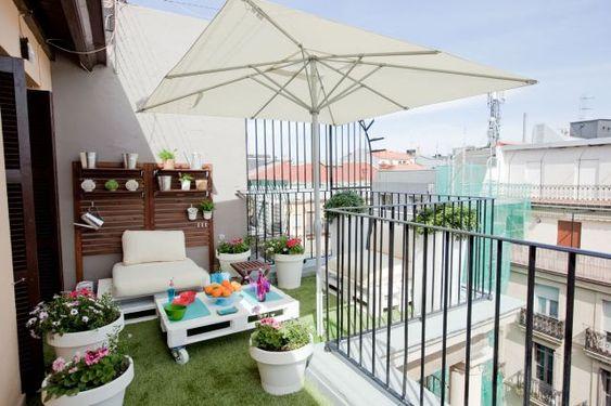 37. Balkon Ideen Mit DIY Gartenmöbel Aus Paletten In Weiß Kunstrasen  Eindrücke Pinterest ... Erstaunlich Bilder Kunstrasen Chill ...