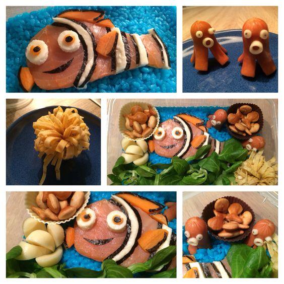Lunch Box - finde Nemo - blau gefärbter Reis mit Nemo aus Lachs, Mozzarella, Möhren und Noriblättern / Kraken aus Würstchen und Käse / Omelett als Blume und Feldsalat als Seetang / dekoriert mit Käse und Knabbergebäck in Fischform