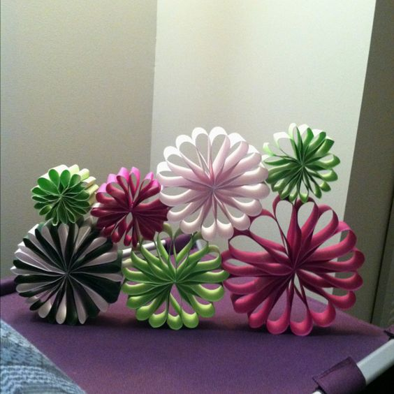 diy paper flower sculpture avec des rouleaux de papier. Black Bedroom Furniture Sets. Home Design Ideas