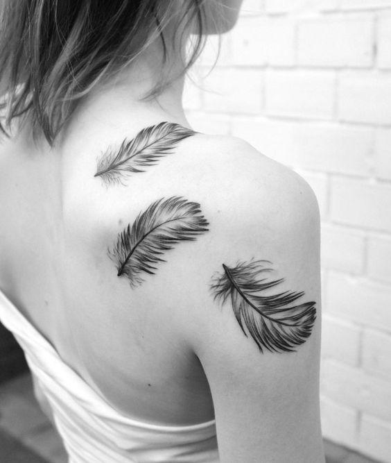 tattoos f r frauen drei sanfte federn auf der schulter t towiert tattoo pinterest design. Black Bedroom Furniture Sets. Home Design Ideas