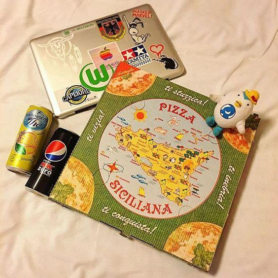 【funfuntravelgirl】さんのInstagramをピンしています。 《持ち帰りのBOXに入れてくれたで〜な!可愛い箱で〜な!この箱日本に持って帰りたかったで〜な。  #でな旅 #でーな#でな旅イタリア #飛行機 #到着 #田舎#夏 #summer #sea #海 #港#ボート#船 #レストラン #ピザ #チーズ #pizza #箱 #box》