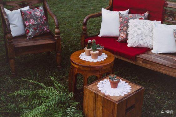 Amamos produzir cantinhos aconchegantes ao ar livre.🌱💛 . #carolegilnoveredas . Mobiliário: @mineirart Peças decorativas e suculentas: #acervoveredas