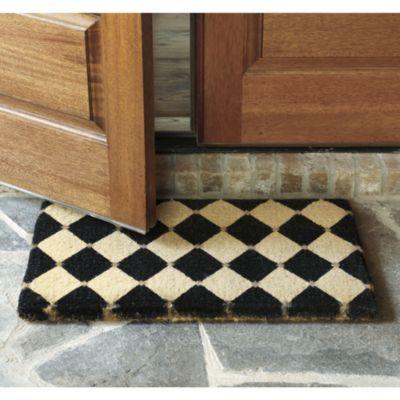 石畳のタイルと木製のドアに、モノクロの市松模様が映えてシックな足元に♪