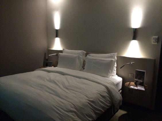t te de lit comprenant les lampes de lecture id e deco pinterest paris h tels et tour eiffel. Black Bedroom Furniture Sets. Home Design Ideas