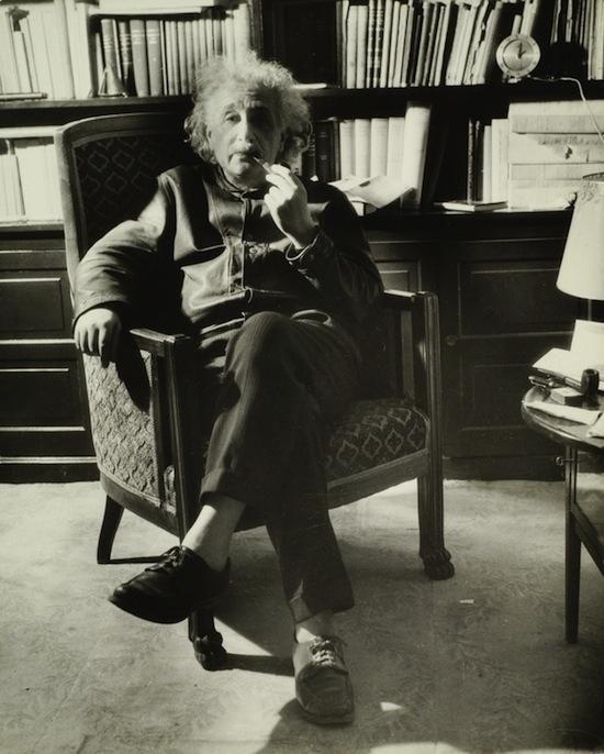 パイプをくわえて椅子に座っているアルベルト・アインシュタインの壁紙・画像