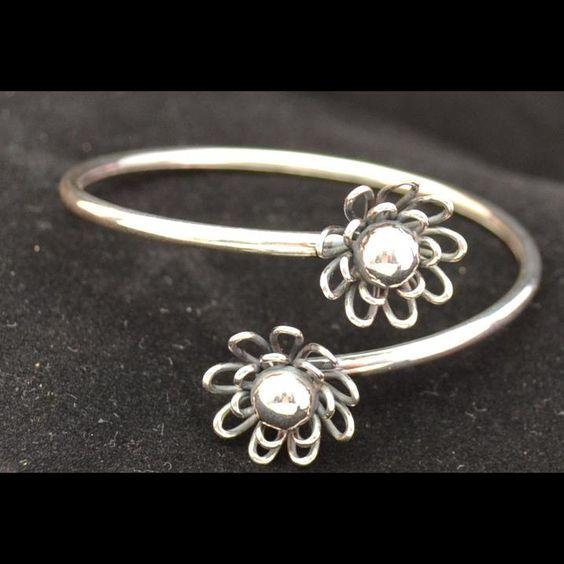 Vrouwelijk zilveren spang armband. Exclusief design. www.dczilverjuwelier.nl  Gratis verzending
