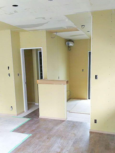 キッチンスペース 袖壁の向こうにシンクが入ります 出入り口の向こう