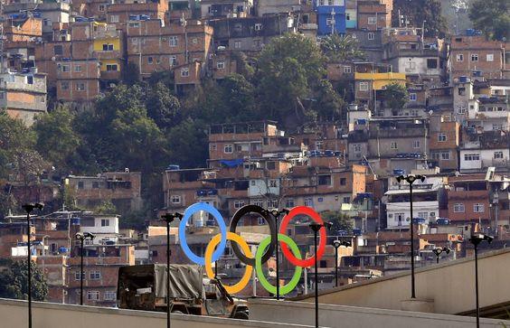 Favela perto do estádio do Maracanã.