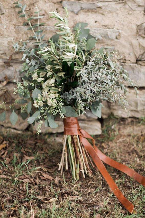 A simple, perfectly lush bouquet. And tied off w/a length of leather (or faux leather)? SWOON WORTHY!