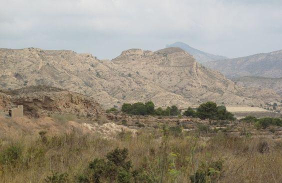 De la riqueza de los depósitos de los Montes de Agost se extrae una arcilla de gran calidad con la que se elaboran los botijos. Este barro blanco, utilizado durante siglos en la cerámica del agua, le da un sabor único al agua.