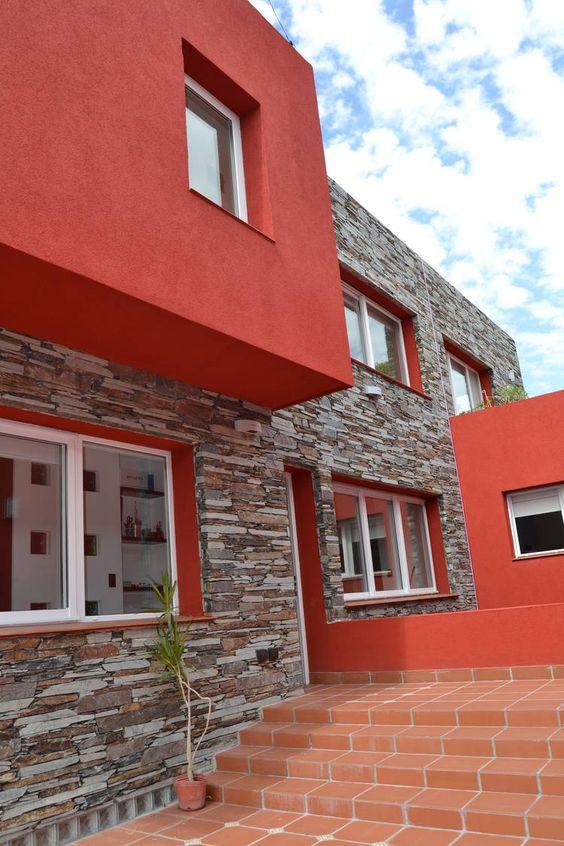 korall színű ház kővel kombinálva