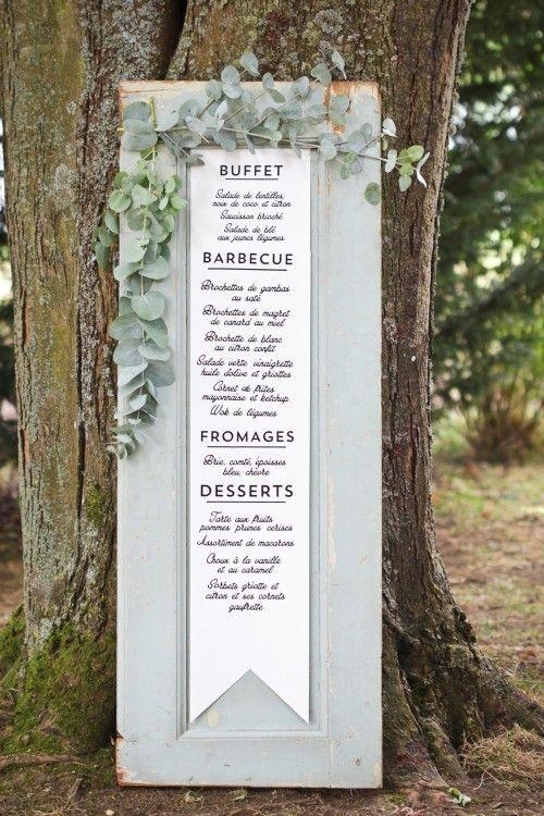 Démarquez-vous dans votre décoration #mariage avec de la récup' : utilisez une porte ancienne pour présenter votre menu ; ajoutez simplement une belle branche de feuillage, effet #champêtre garanti !