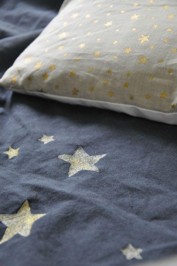 étoiles dorées sur linge de lit