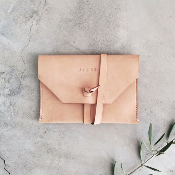 u.s. mail clutch in natural leather / west heritage.