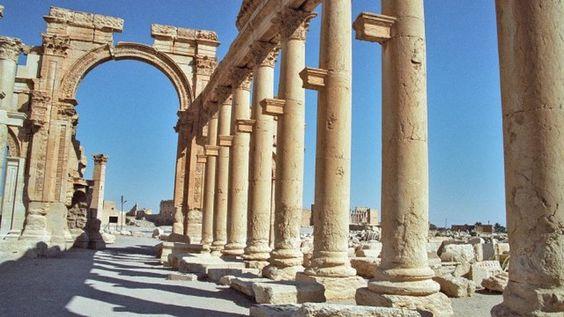 #интересное  В Пальмире боевики ИГИЛ уничтожили Триумфальную арку (2 фото)   Боевиками «Исламского государства» был уничтожен еще один древний памятник в захваченном сирийском городе Пальмира. На сей раз от рук джихадистов пострадала древнеримская Триумфальн�