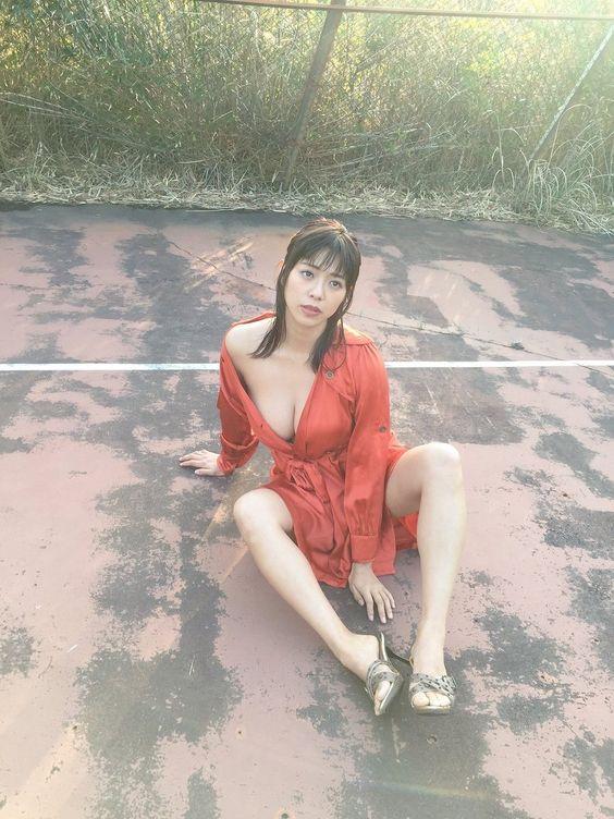 赤い服がはだけて道に座り込むわちみなみのエロ可愛い画像