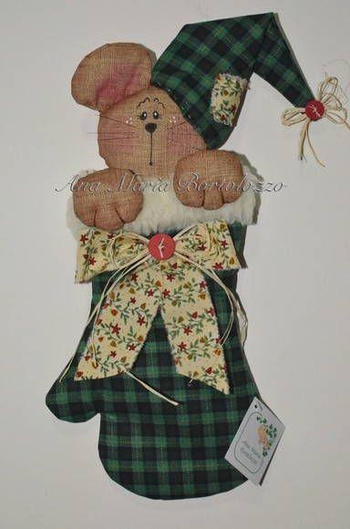 Ratinho confeccionado em tecido de algodão aplicado na luva de Natal acolchoada. Produto costurado e colado. R$ 32,45