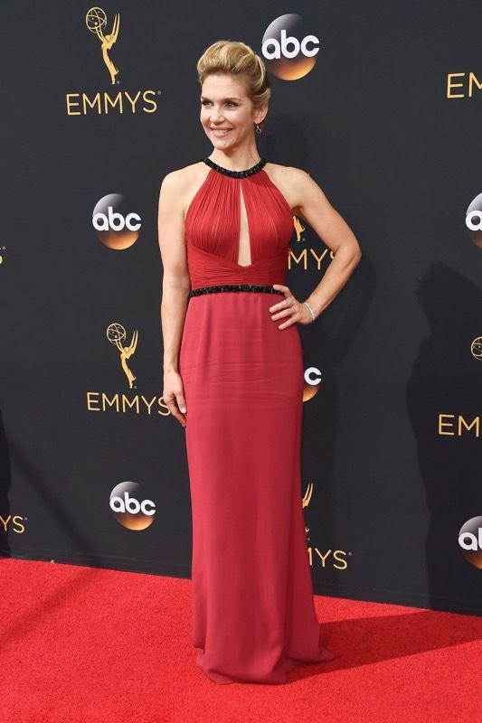 Rhea Seehorn no tapete vermelho do Emmy 2016:
