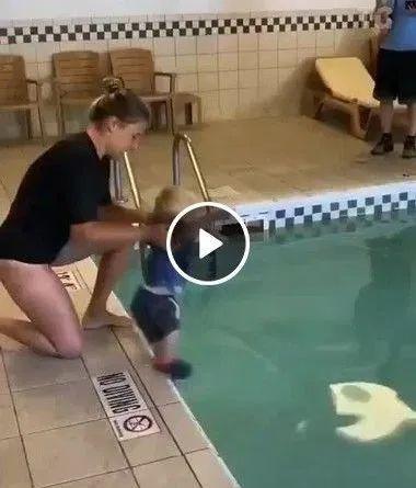 Esse bebê é um verdadeiro nadador de categoria