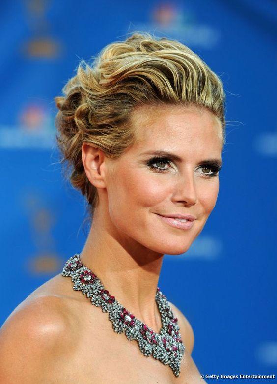 A união de coque com tranças é garantia de um penteado romântico e delicado. O penteado volumoso e feminino foi a escolha de Heidi Klum para o Emmy Awards de 2006