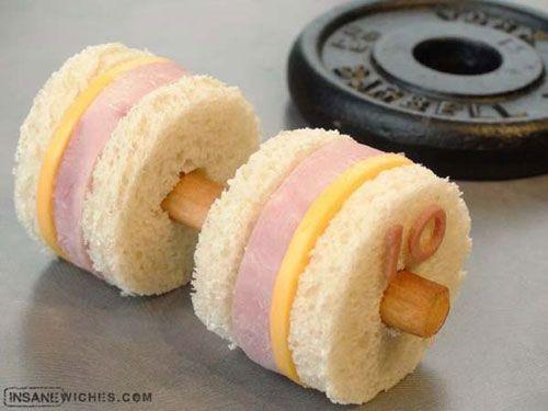 Traktatie gewichtheffen, brood, worst, kaas, soepstengel. Maak het geheel af met een poppetje die aan gewichtheffen doet
