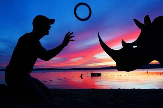 Sunset Selfies – Quand un photographe s'amuse avec des silhouettes en carton: