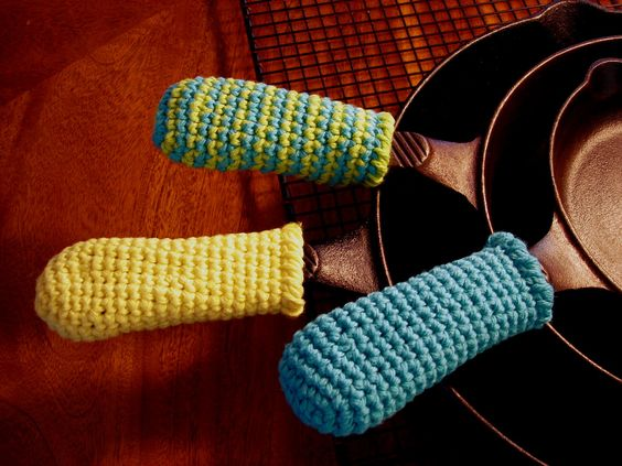 Cast Iron Skillet Handle Covers, free pattern by Tasty Crochet: