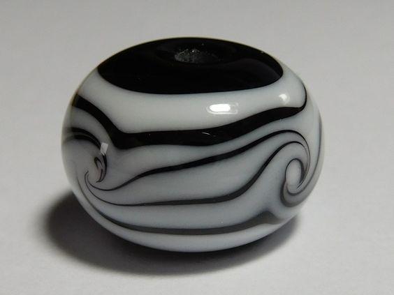 Glasperle Schwarz Weiß verwirbelt