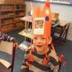 Spel 'Wie ben ik' met plaatjes. De klas geeft een omschrijving en degene met de kroon op moet het (thema)woord raden!