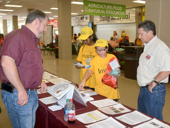 Regional career event: Agricultural specialists offer students advice