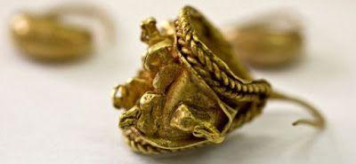 Israël Des archéologues ont découvert dans un vase enfoui à Tel Megiddo, dans le nord d'Israël, un trésor: une magnifique collection de bijoux cananéens vieux de trois mille ans, comprenant des centaines de perles, des boucles d'oreille en or et une bague à sceau.Koide9enisrael: Decouverte en Mai 2012 d' une magnifique collection de bijoux cananéens vieux de trois mille ans !