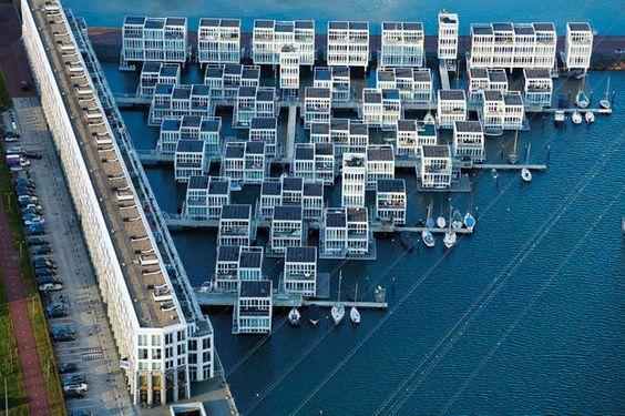 Chez soi sur l'eau Des pontons et des passerelles relient les maisons flottantes bâties sur un lac, dans l'est d'Amsterdam. Attachées à des piliers en acier au moyen de guides coulissants, les maisons peuvent monter et descendre pendant les tempêtes et les inondations.