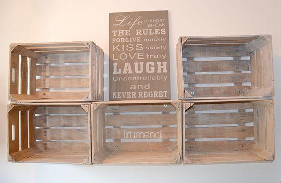 Estanterías hechas con cajas viejas de madera