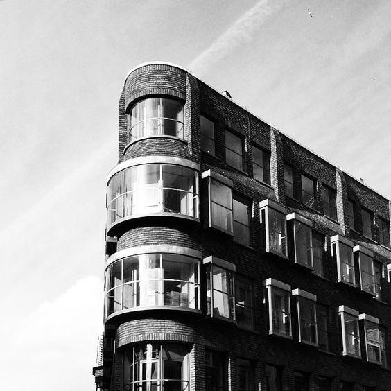 Round corner #building #archdaily #archigram #archilovers #architecture #vsco #vscolondon #vscocam #visionlondon #igers #ig_london #igerseurope #igerslondon #ilovelondon #Ldn #London #Londres #londoner #londonist #Londonpop #London_only #lovelysquares #london_architecture #bnw #bnw_captures #thisislondon #timeoutlondon #p3top #prettycitylondon  (at Mayfair, London)