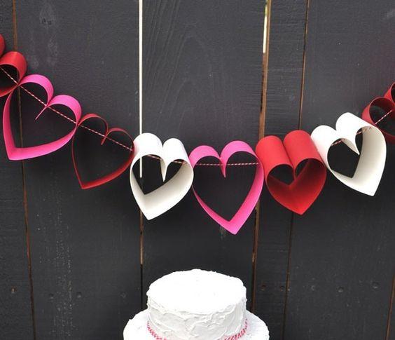 Festone romantico con cuori di carta http://www.lovediy.it/festone-romantico-con-cuori-di-carta/ Ideali per decorare gli ambienti, i #festoni sono facili e divertenti da realizzare. Per #SanValentino...