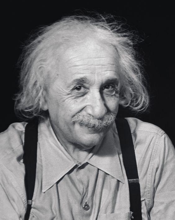 不敵な笑みを浮かべているアルベルト・アインシュタインの壁紙・画像