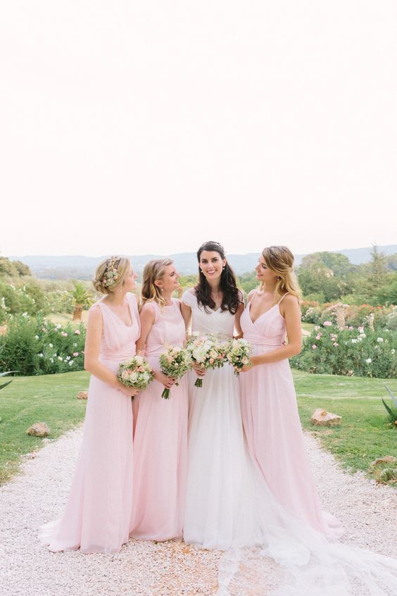Wedding photographer provence - Chateau de Robernier | bride and bridesmaids - pastel pink wedding