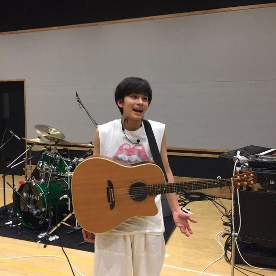 ギターを持って笑顔の北村匠海です。