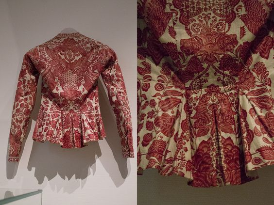 Jacket from Hindeloopen, kassakijntje (cassaquin). White-and red chintz was called 'melk & bloed', or 'milk & blood' chintz and in Hindeloopen was worn by the bride. Collection page: https://www.modemuze.nl/collecties/sitsen-hindelooper-kassakijntje-met-motieven-op-witte-grond-contour-rood