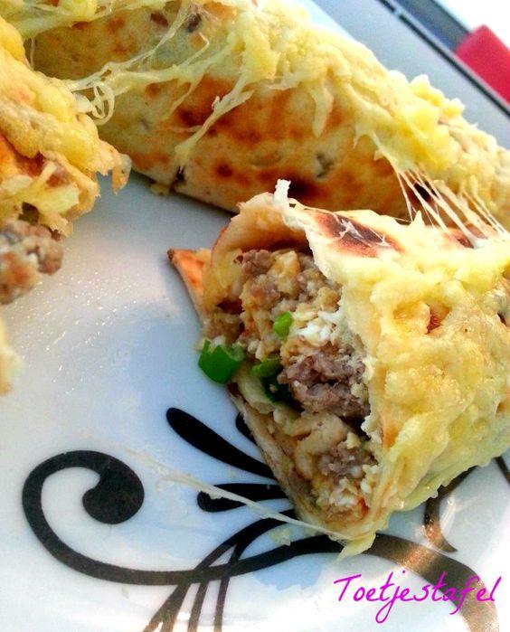 Wraps met gehakt en ei (2 personen): 4 wraps - 100 gr gehakt - 4 eieren - 2 lente-uitjes, gesneden - geraspte kaas - zout en/of zwarte peper - gebroken cayennepeper