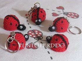 GRACIAS AL PATRÓN DE FLAVIA:  http://puntoperdido.blogspot.com/2010/06/vaquitas-de-san-antonio.html   Cuerpo (en rojo)   1° Fila:  Sobre u...