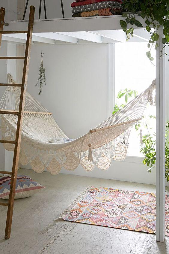 Et pourquoi pas un #hamac dans le #salon ?  http://www.m-habitat.fr/par-pieces/salon-et-salle-a-manger/10-idees-recup-pour-decorer-un-salon-3447_A
