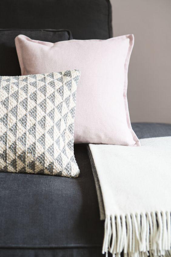 Viele unterschiedliche Kissen machen Lust auf Faulenzen. Achte darauf, dass sich die Sofa-Kuschler in Material, Größe und Muster unterscheiden, damit der Look nicht zu eintönig wirkt. Unser Tipp: Grafische Designs, grobe Materialien und elegante Pailletten mixen.